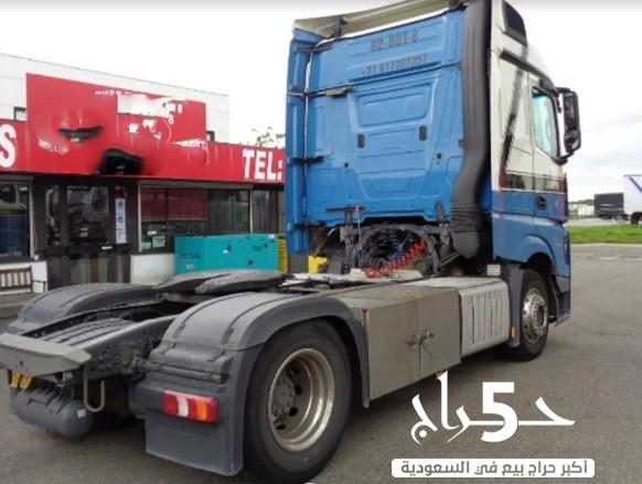 تملك شاحنة مرسيدس زرقاء موديل 2014